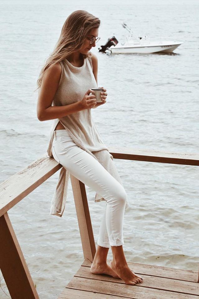 side slit tee and white pants |www.whatkumquat.com